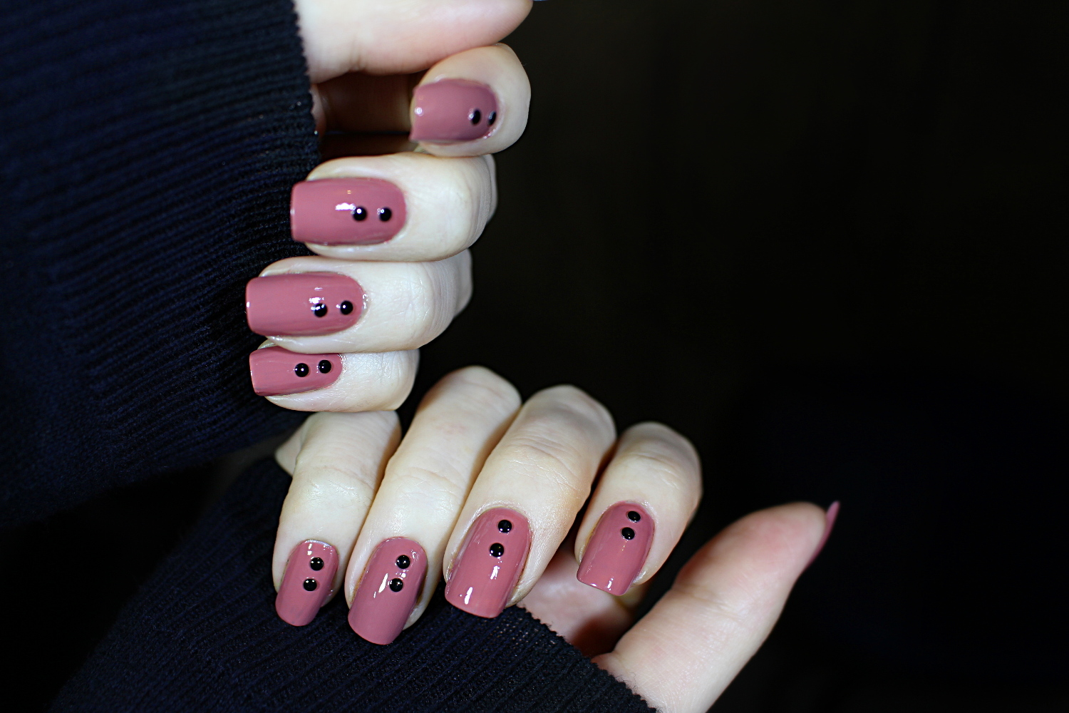 MINIMALIST PUNK MANICURE FOR SHORT NAILS | HOW TO USE NAIL ART STUDS ...