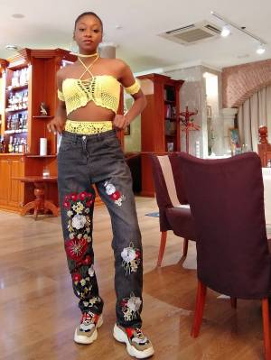 HOW TO WEAR EMBROIDERED JEANS FOR WOMEN?
